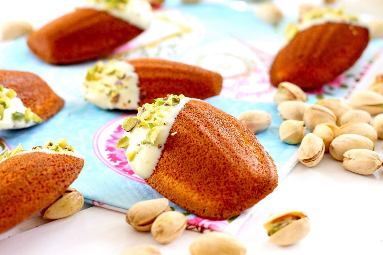 Receta de como hacer madeleines con chocolate blanco y pistachos - Receta de magdalenas francesas - Como hacer bizcocho esponjoso