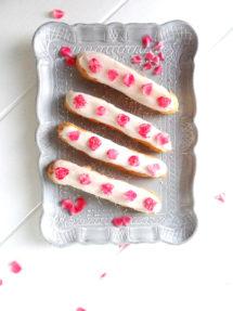 Foto de la receta de eclairs de vainilla con pétalos de rosa