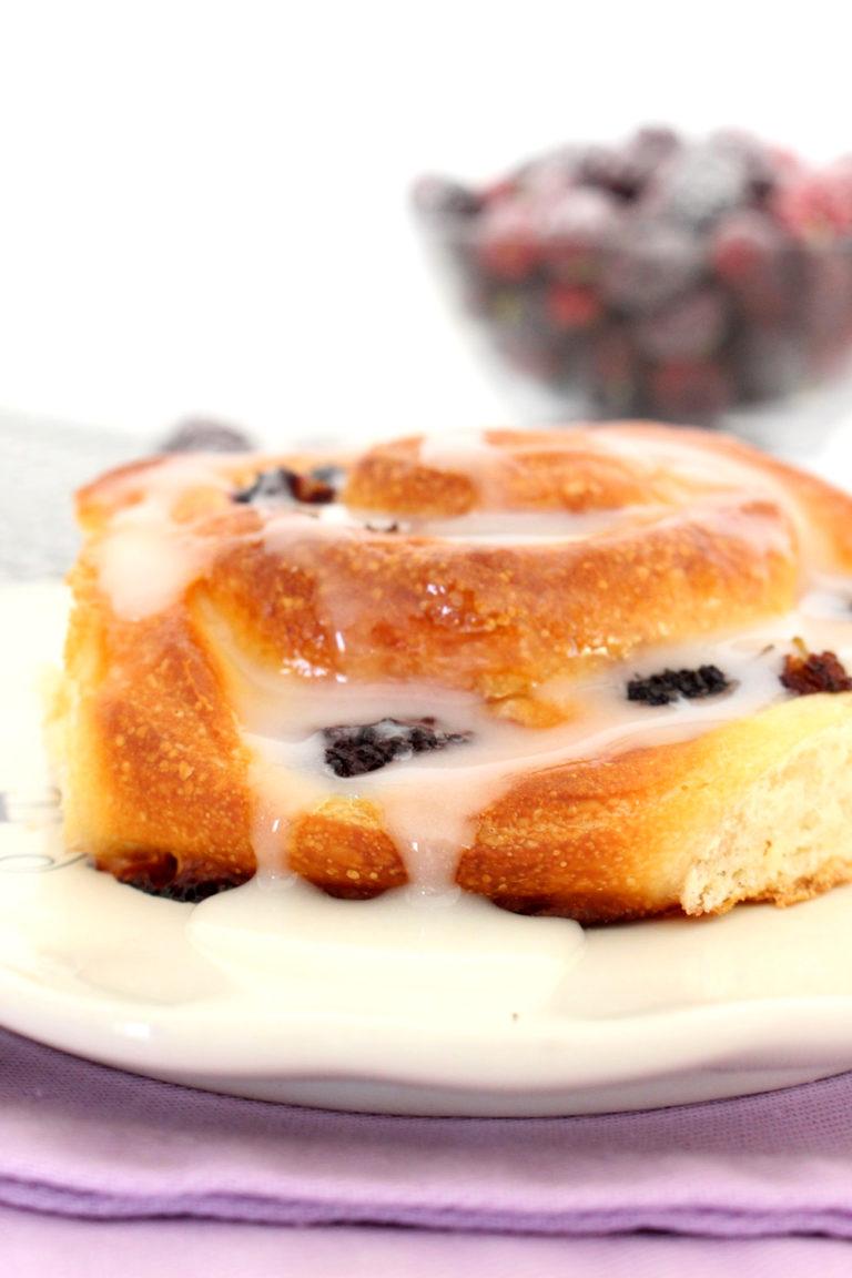 Foto de la receta de rosca caracolas con moras y glaseado de limón